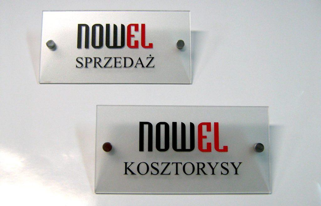 tabliczki informacyjne mocowane na dystansach